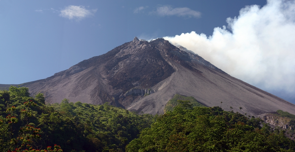 https://upload.wikimedia.org/wikipedia/commons/e/ea/Blethrow_merapi1.jpg