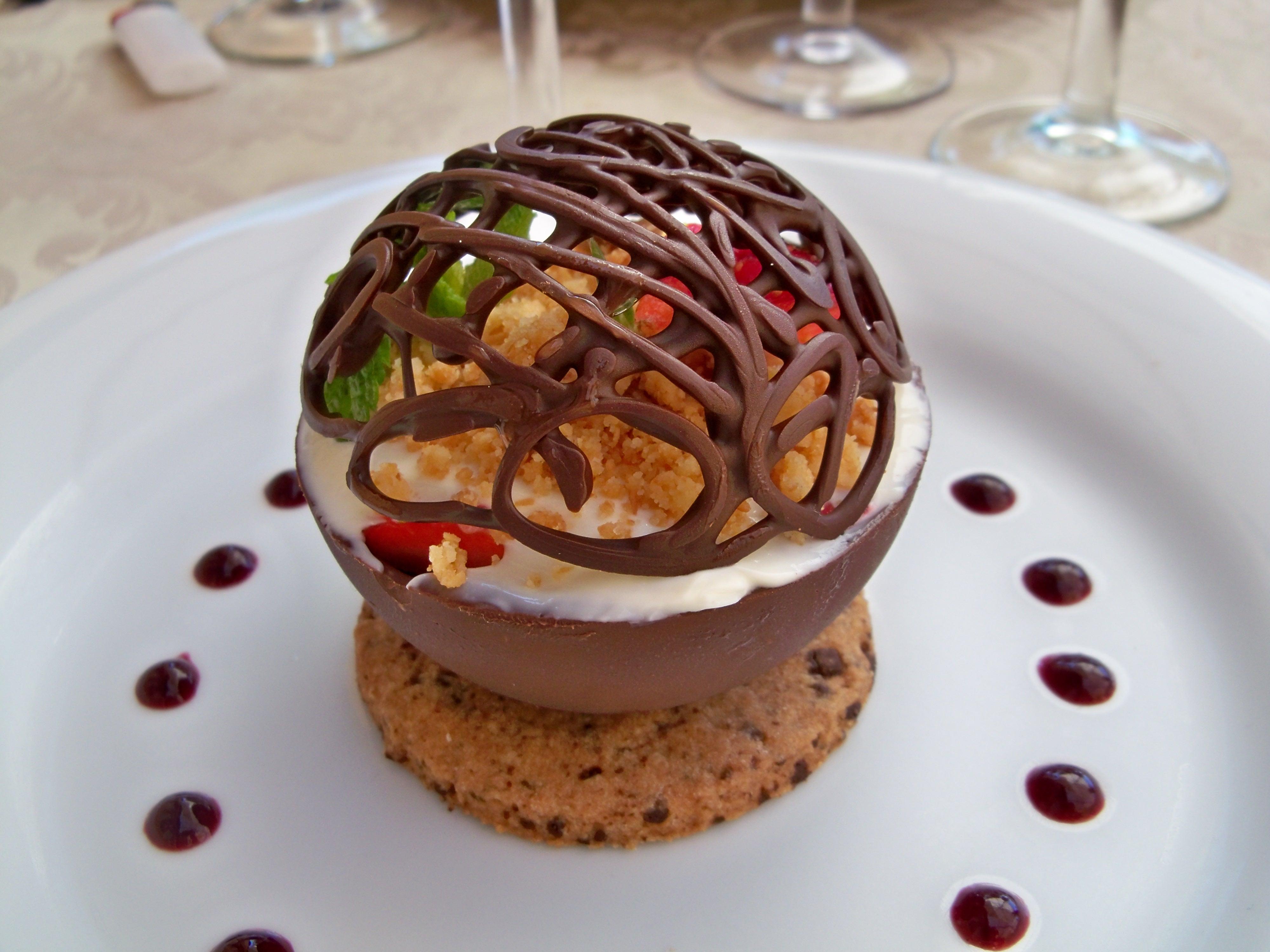 File:Boule chocolat au crumble de fraises.jpg  Wikimedia Commons