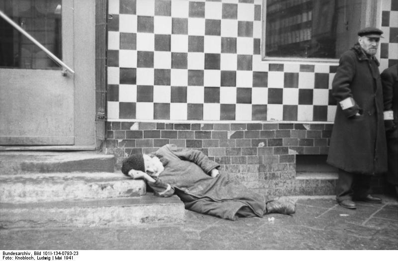 > Vieil homme sans force dans le ghetto de Varsovie.