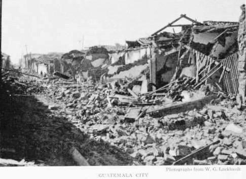 Calle de la ciudad de Guatemala tras los sismos de 1917-18. Imagen de Wikimedia Commons.