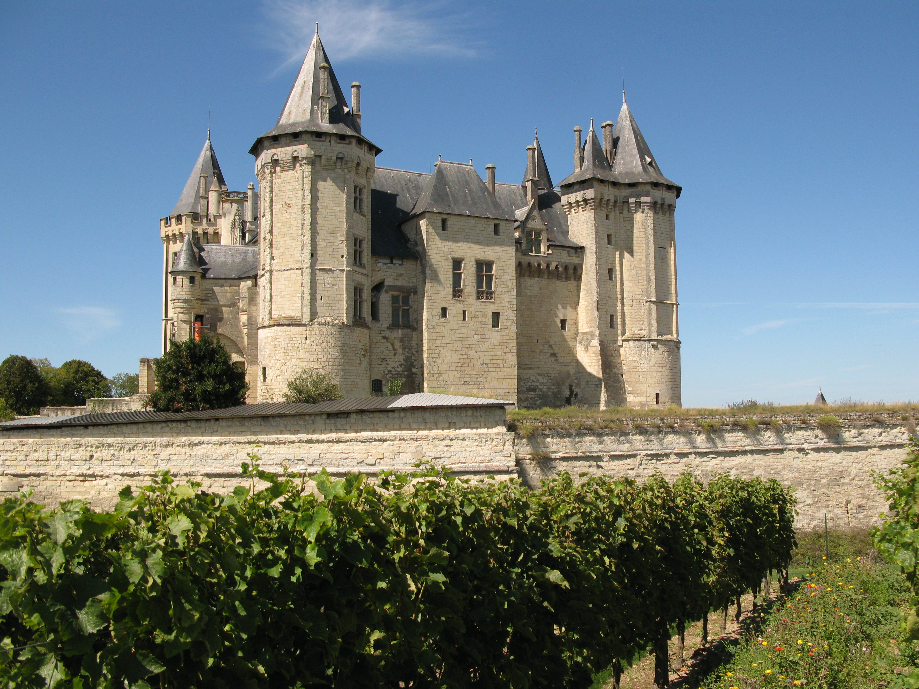 File chateau de saumur depuis les vignes jpg wikimedia for Maison de la literie saumur