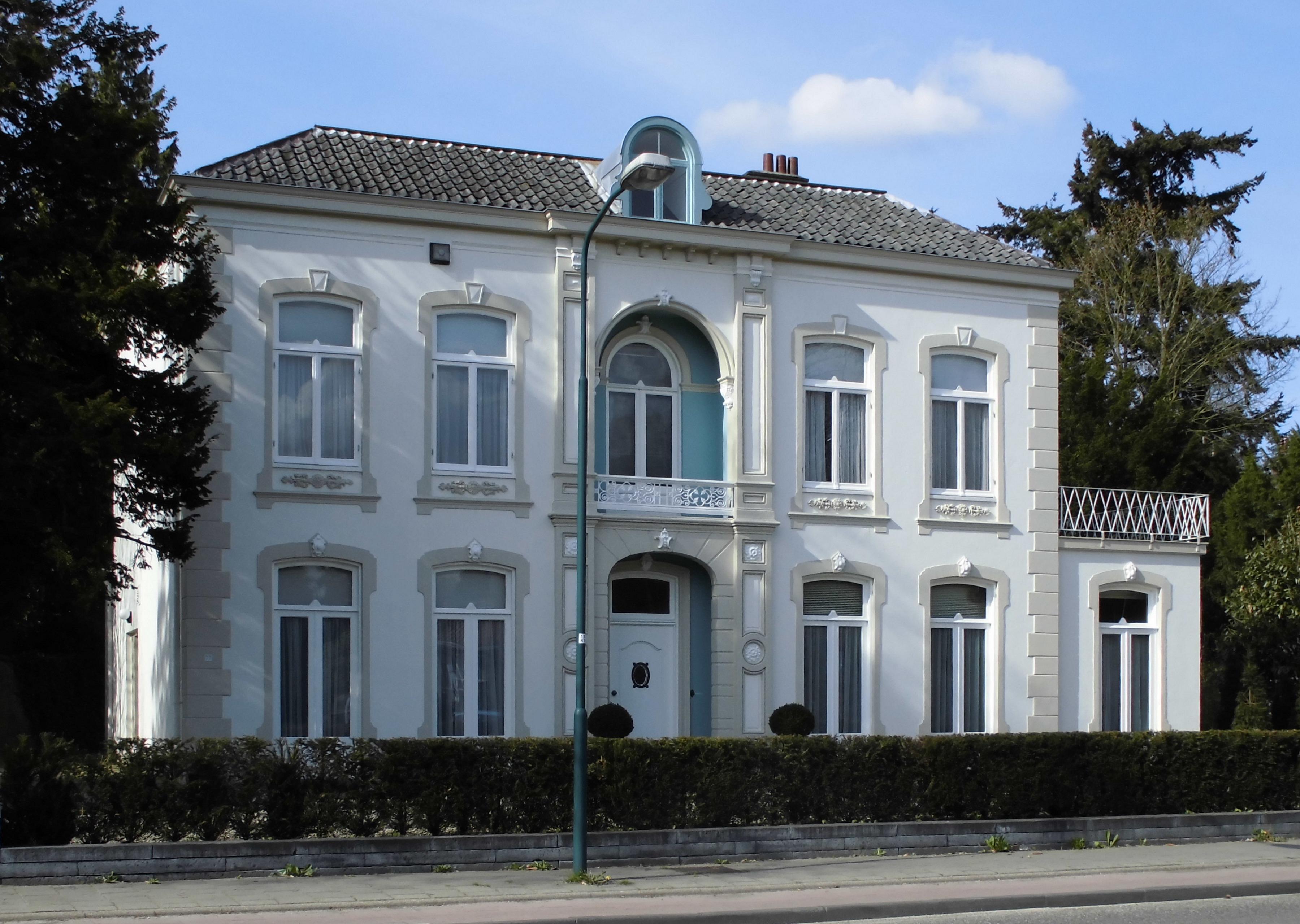 Grote gepleisterde villa waarvan de door lisenen for Grote villa