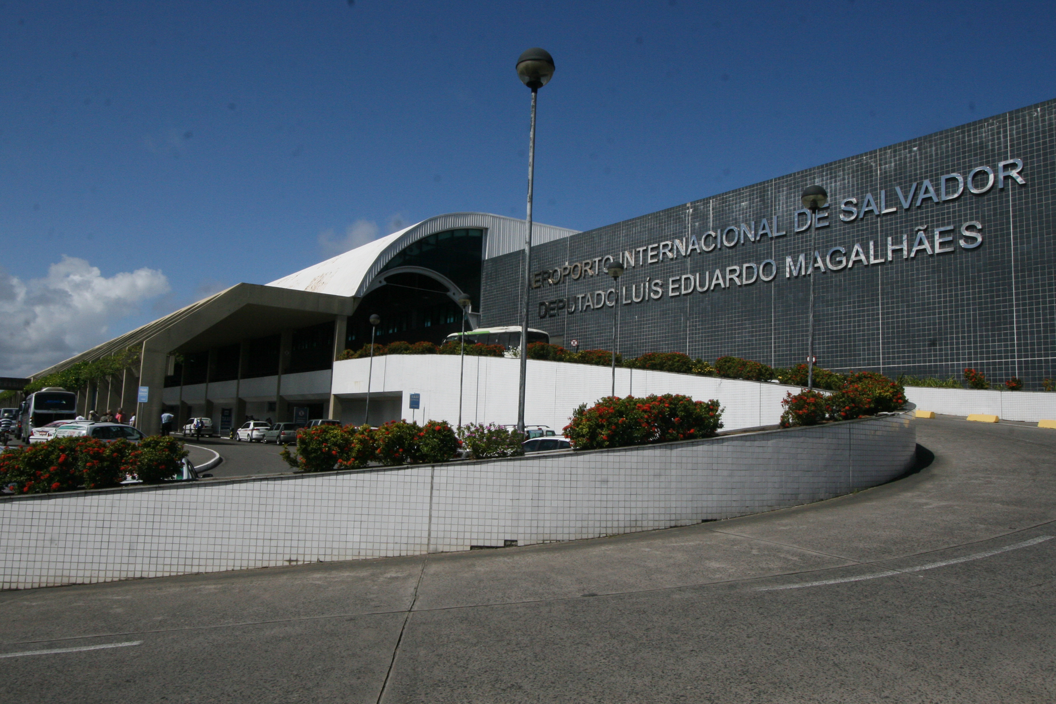 https://upload.wikimedia.org/wikipedia/commons/e/ea/Fachada_Aeroporto_de_Salvador2.jpg