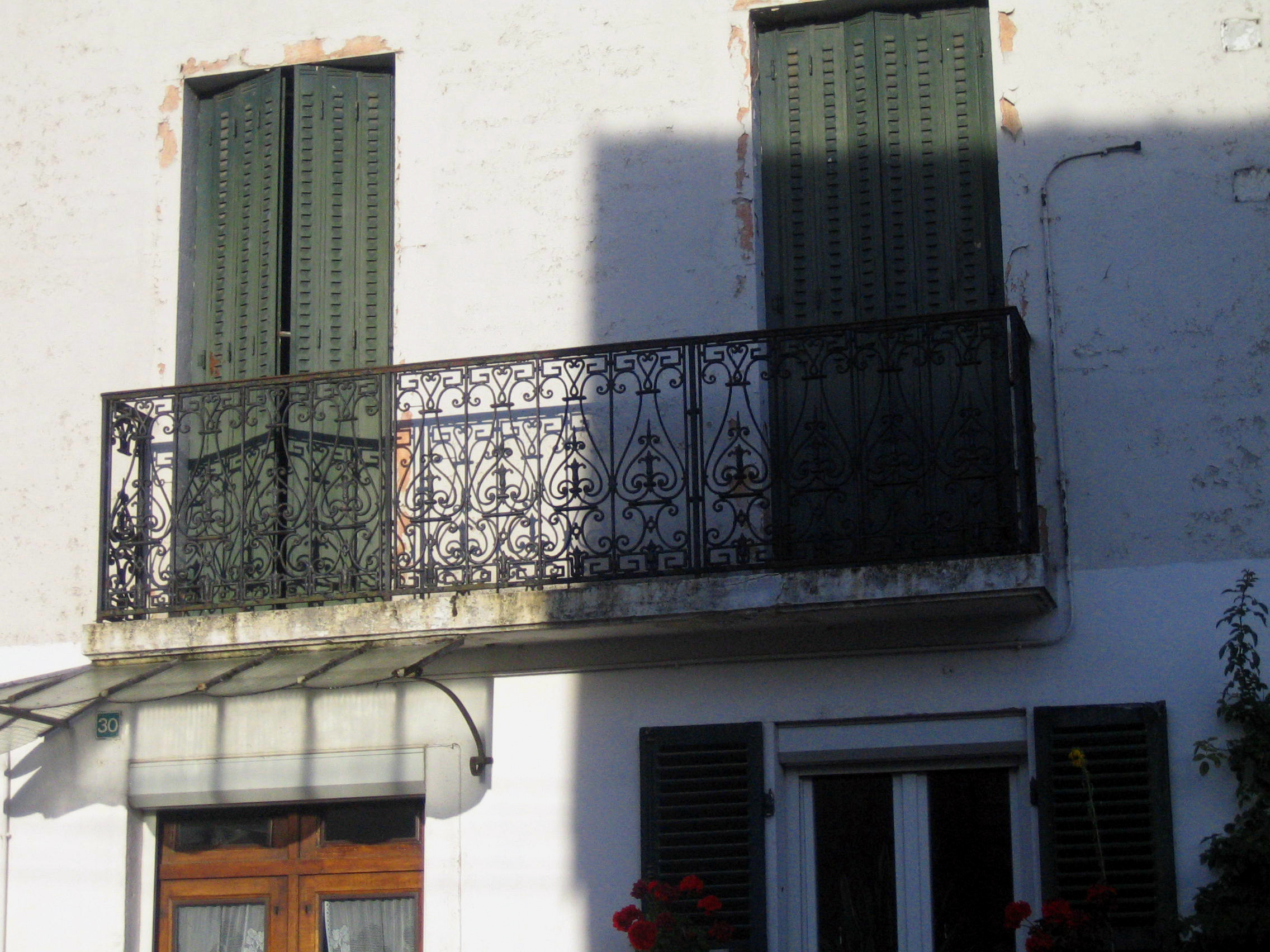 File fleurey sur ouche balcon fer forg et ombres for Balcon in english