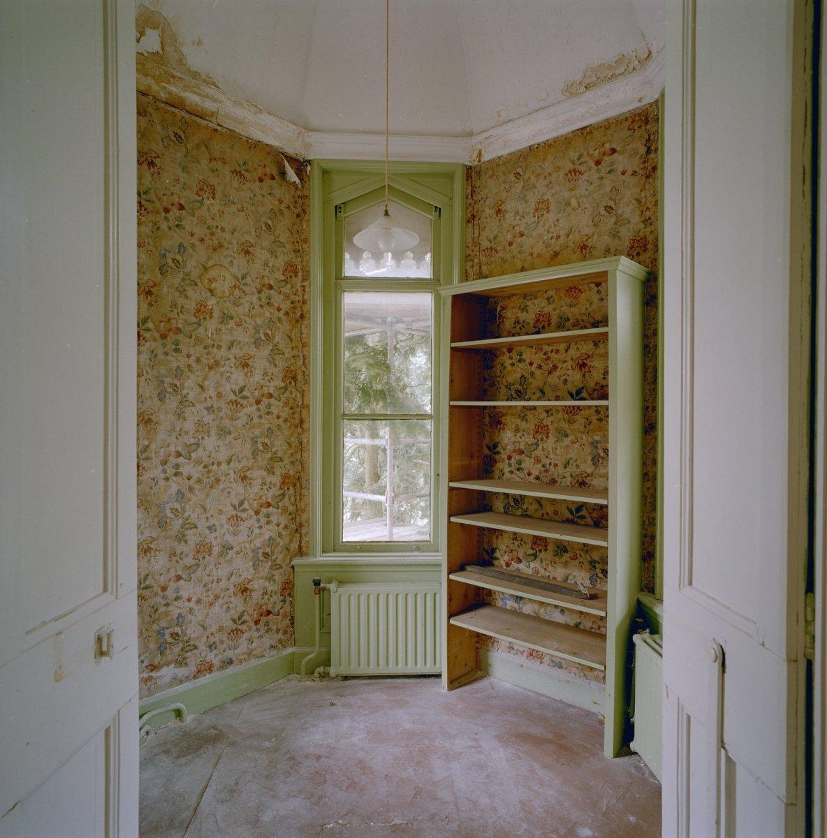 File:Interieur, eerste verdieping, torenkamer met bloemetjes behang ...