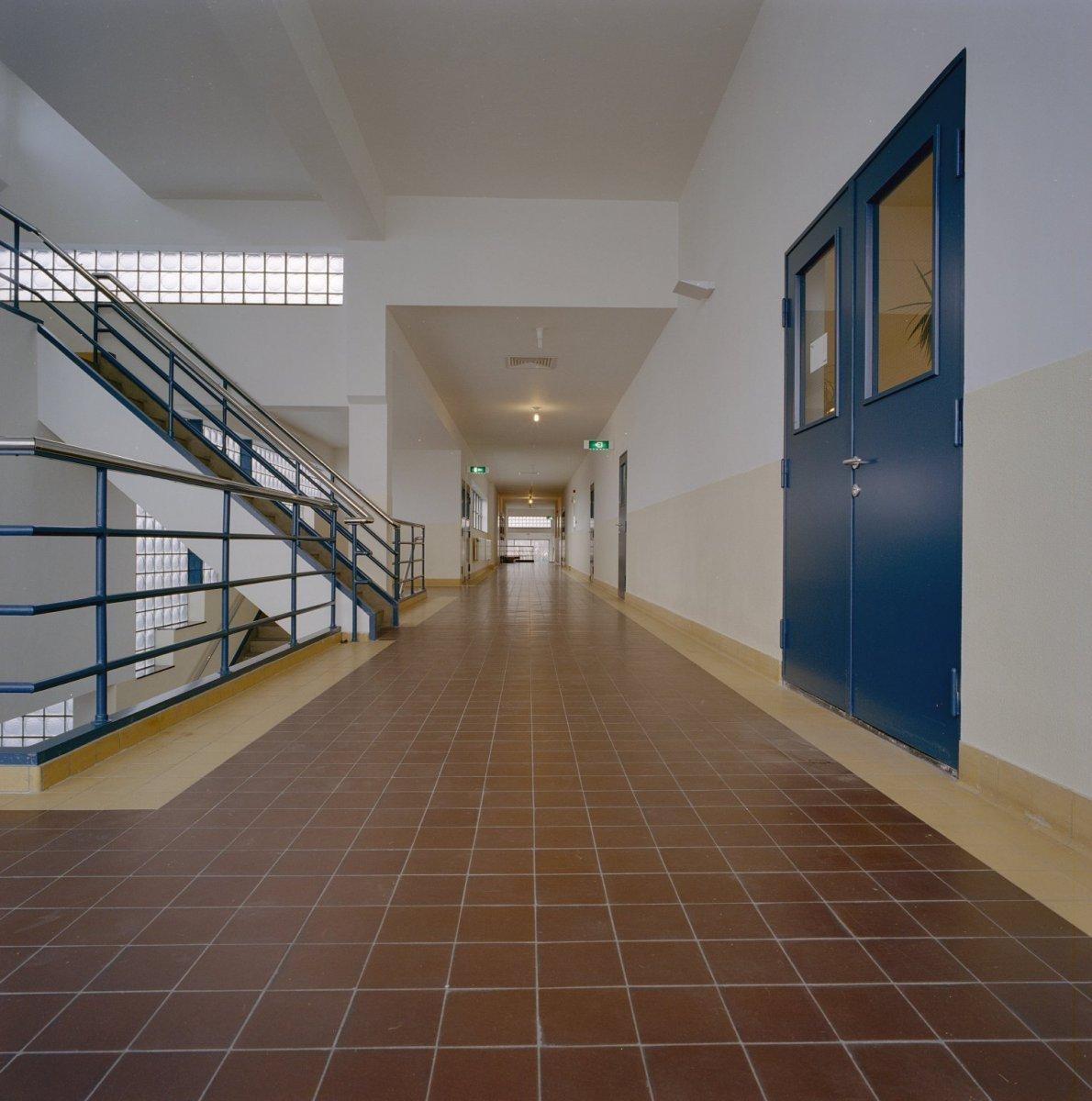 File interieur hal gang met trappenhuis scheveningen 20341727 wikimedia commons for Hal ingang