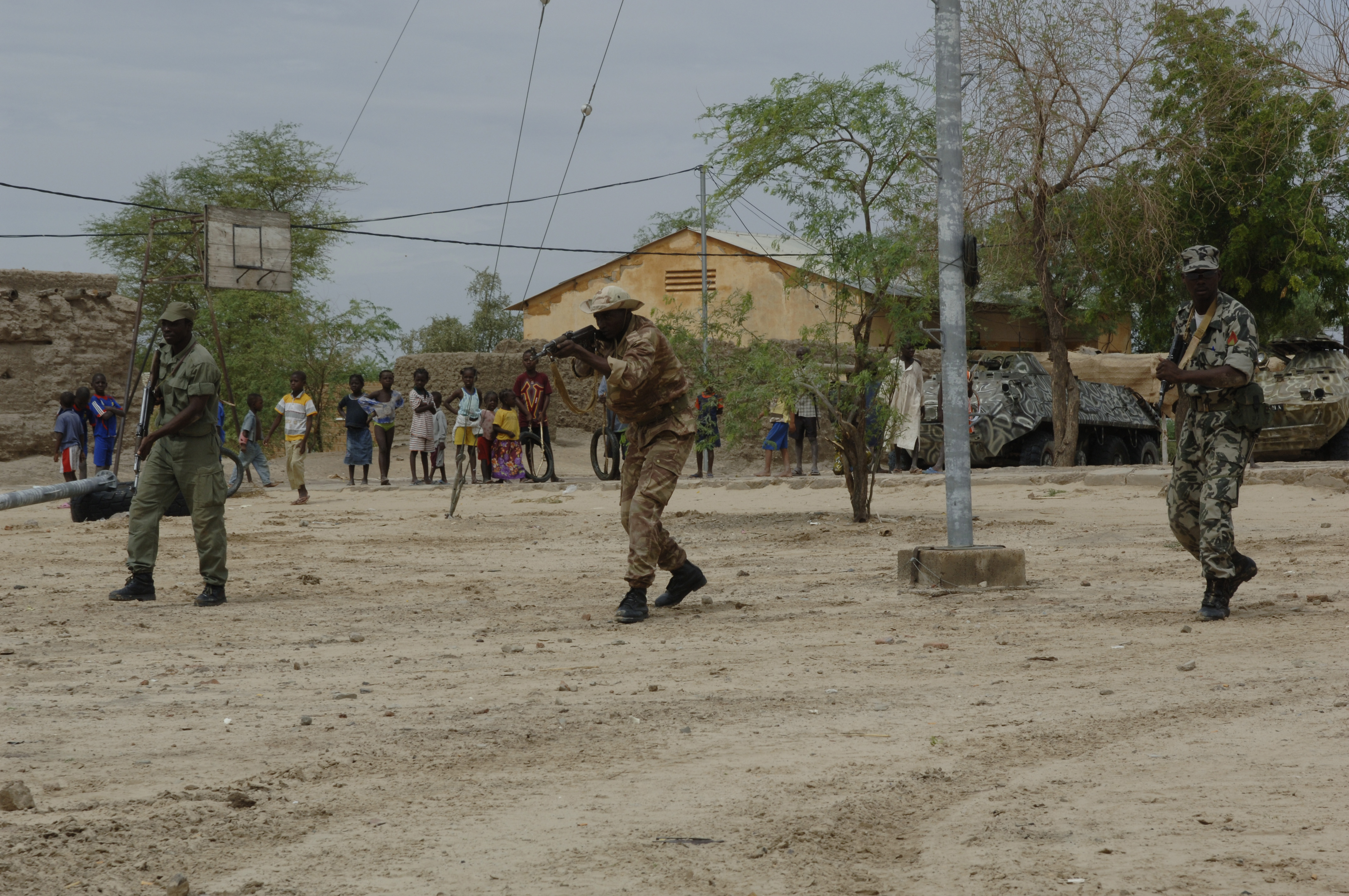 http://upload.wikimedia.org/wikipedia/commons/e/ea/Mali_army_drill_Tombouctou_070904.jpg