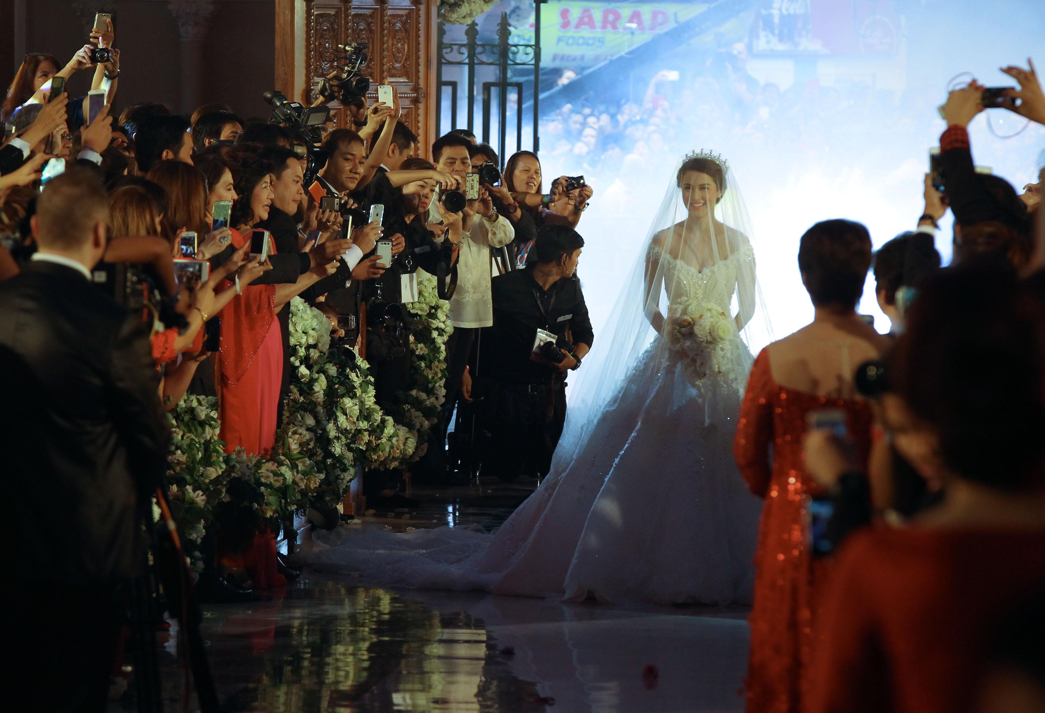 Marian Rivera walks down the aisle.jpg English: Actress Marain Rivera who are tying the knot with longtime boyfriend Actor Dingdong Dantes walks