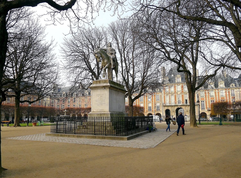 File p1000672 paris iv place des vosges statue louis xiii - Comptoir des cotonniers place des vosges ...