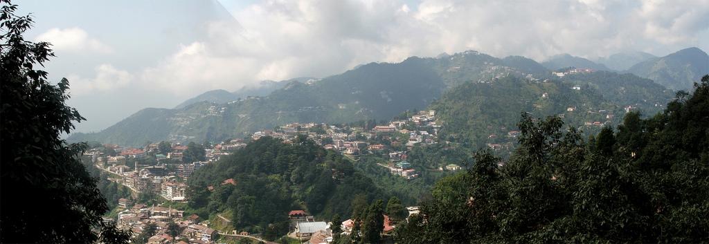 https://upload.wikimedia.org/wikipedia/commons/e/ea/Panoramic_view_of_Mussoorie%2C_Uttarakhand.jpg