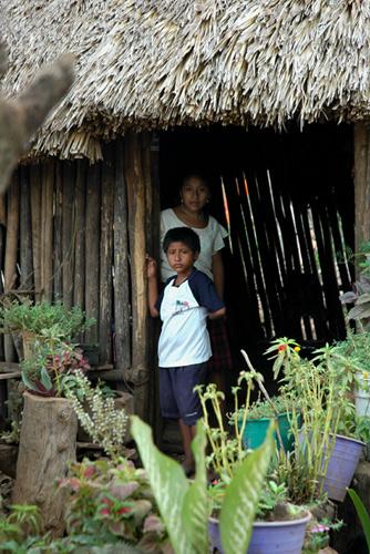 Dos niños mayas en un poblado