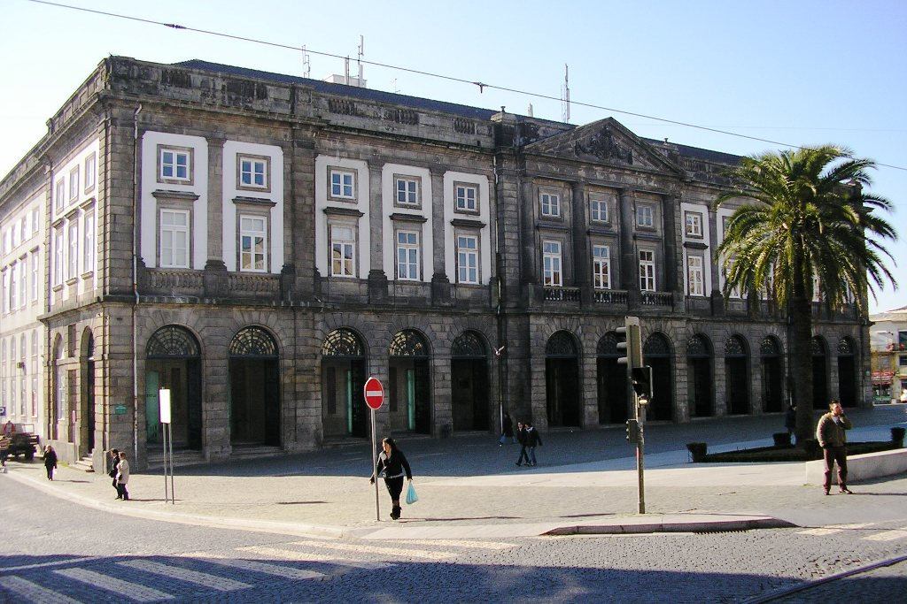 http://upload.wikimedia.org/wikipedia/commons/e/ea/Reitoria_Universidade_%28Porto%29.JPG