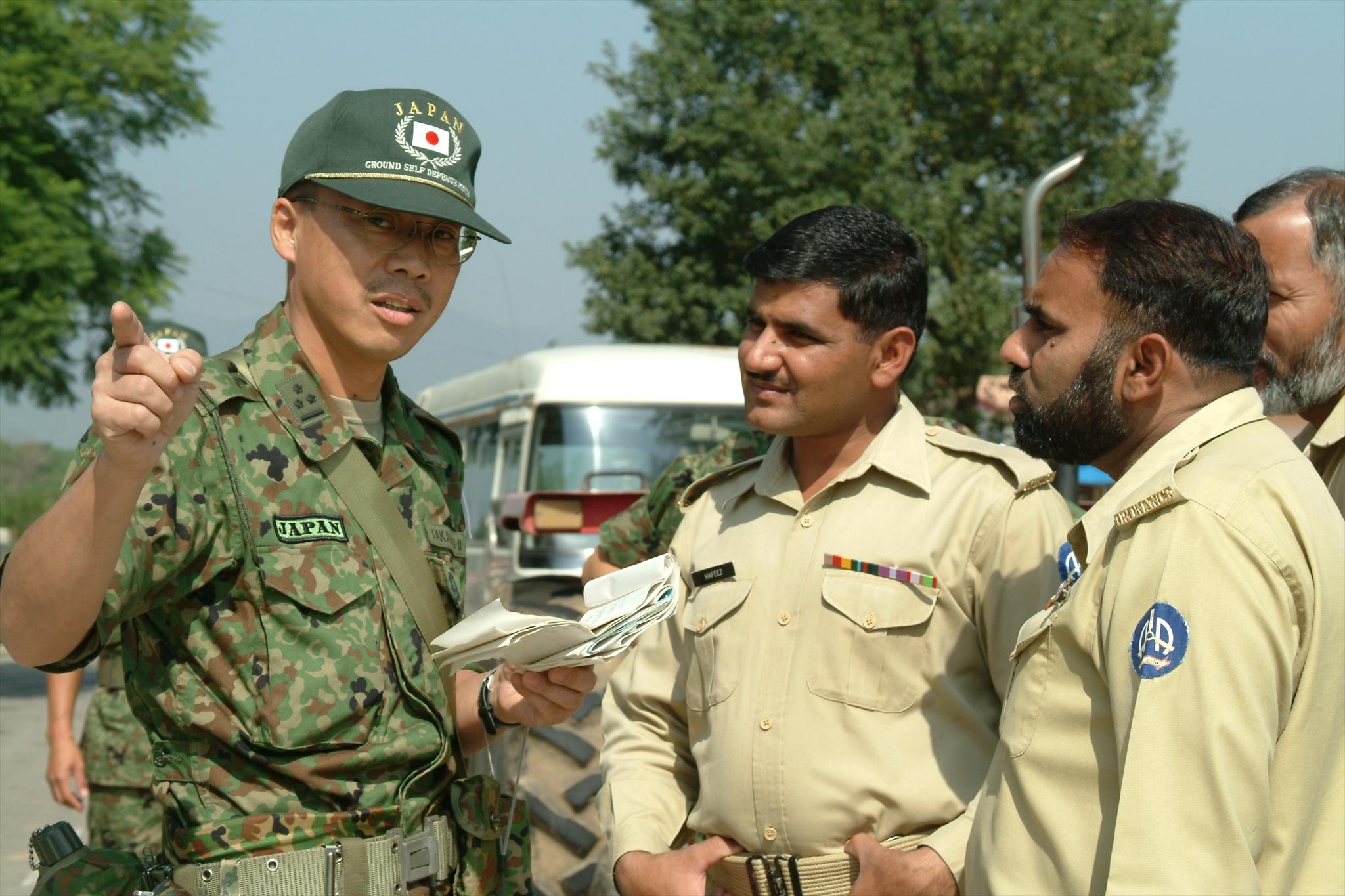 File:パキ・パキスタン軍との調整風景 R 国際平和協力活動等(及び防衛協力等) 55.jpg