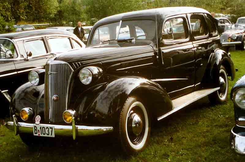 File 1937 chevrolet 4 door wikimedia commons for 1937 chevy 4 door sedan