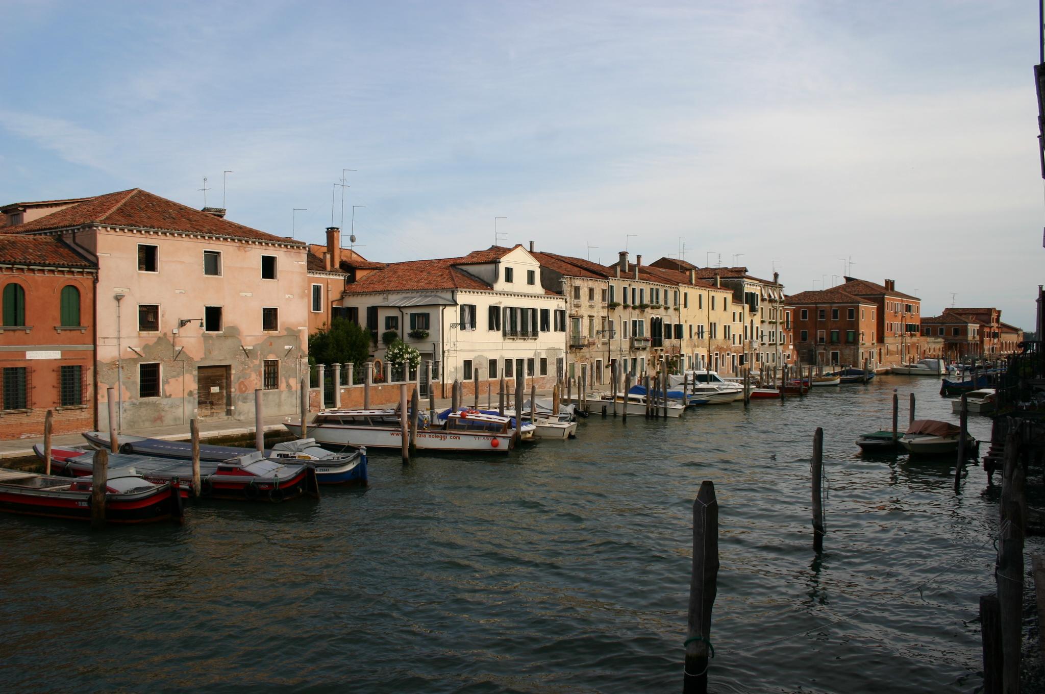 https://upload.wikimedia.org/wikipedia/commons/e/eb/6122_-_Venezia_-_Giudecca_-_Rio_Ponte_Longo_-_Foto_Giovanni_Dall'Orto_-_6-Aug-2008.jpg