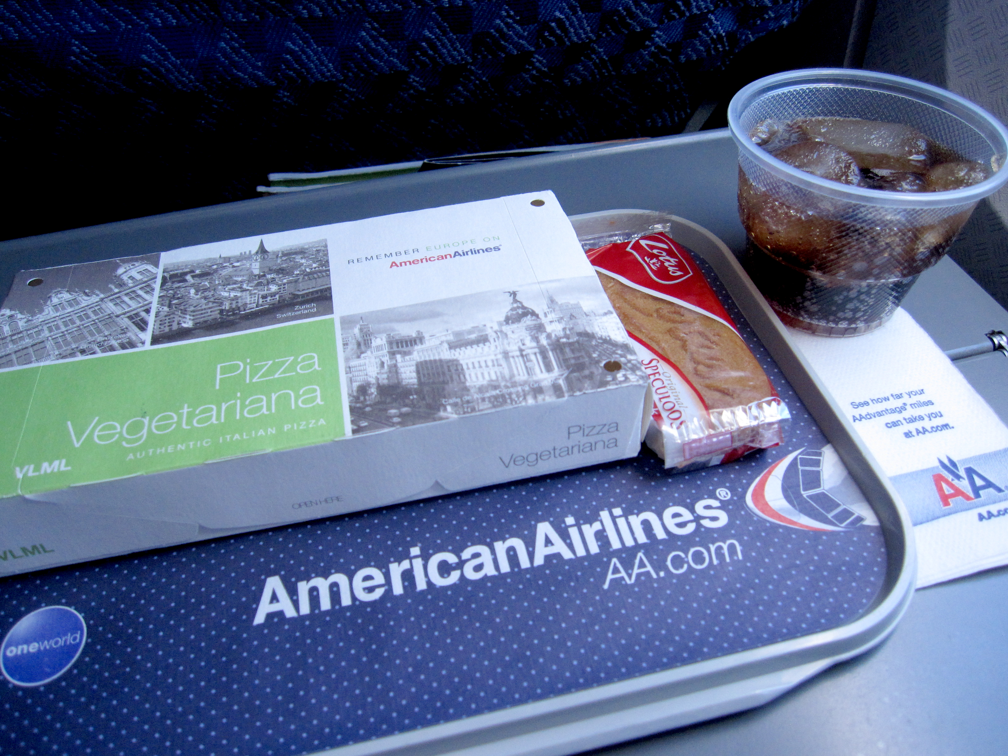 Description American Airlines.Airline meal.CDGJFK.Pizza.2010.JPG