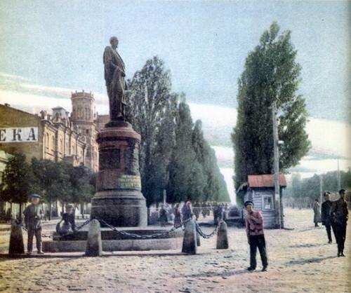памєятник О.О.Бобринському у Києві