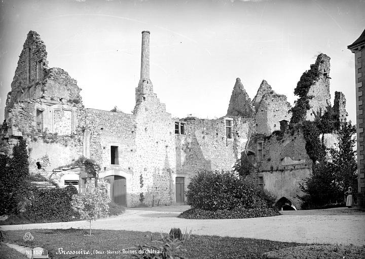 Cour intérieure du château de Bressuire. Photographie de Séraphin-Médéric Mieusement.