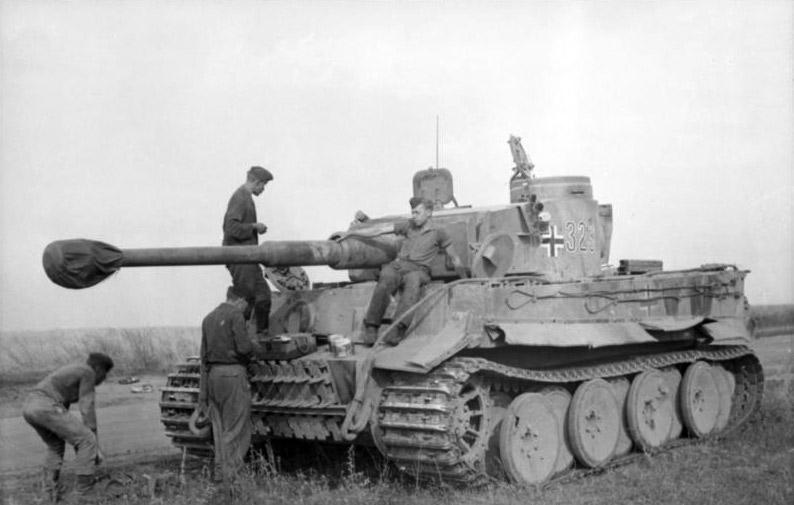 أسلحة الحرب العالمية الثانية  Bundesarchiv_Bild_101I-022-2935-10A%2C_Russland%2C_Panzer_VI_%28Tiger_I%29