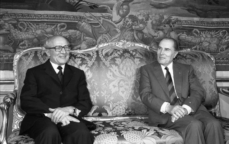 Bundesarchiv Bild 183-1988-0108-059, Paris, Besuch Erich Honecker, Mitterrand.jpg