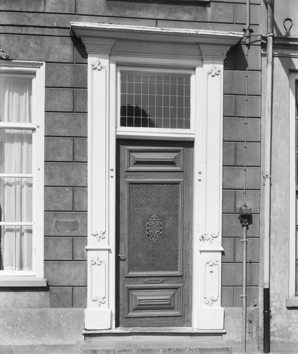 Fraai huis met schilddak gebosseerd grijsgepleisterde lijstgevel waarvan de kroonlijst - Garderobe stijl van lodewijk xv ...