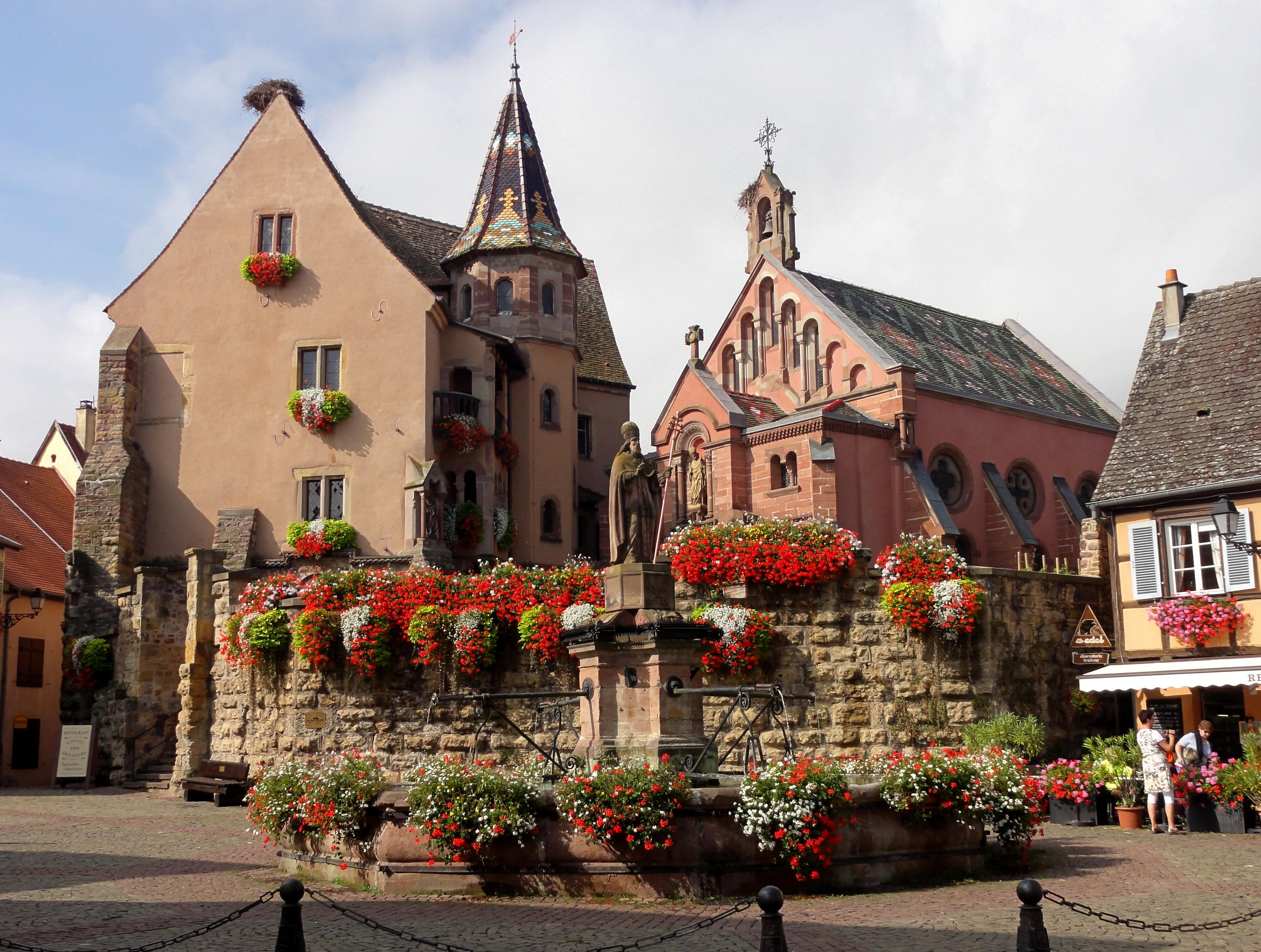 https://upload.wikimedia.org/wikipedia/commons/e/eb/Eguisheim_Ch%C3%A2teauStL%C3%A9on_01.JPG?uselang=fr