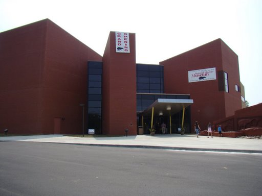 File:Front of Gray Fossil Museum.jpg