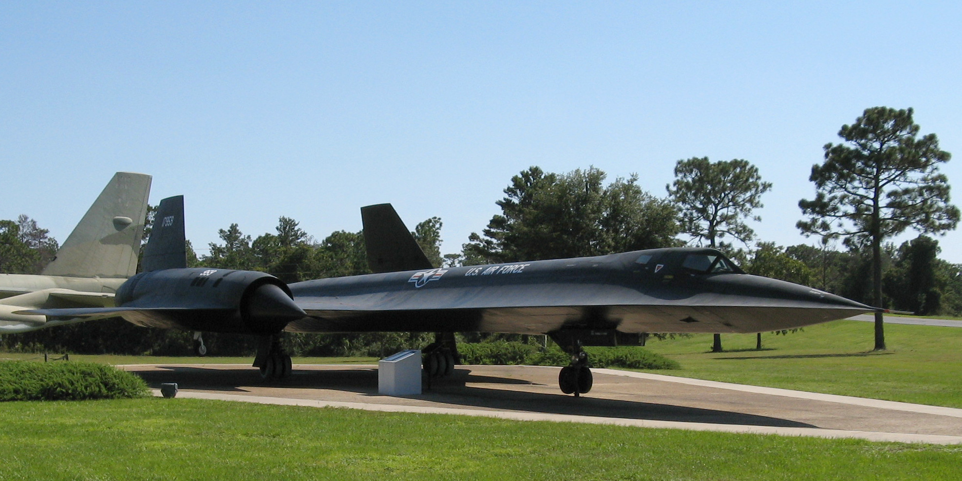 http://upload.wikimedia.org/wikipedia/commons/e/eb/Lockheed_SR-71_Blackbird,_USAF_Armaments_Museum,_Eglin_AFB,_Florida.jpg