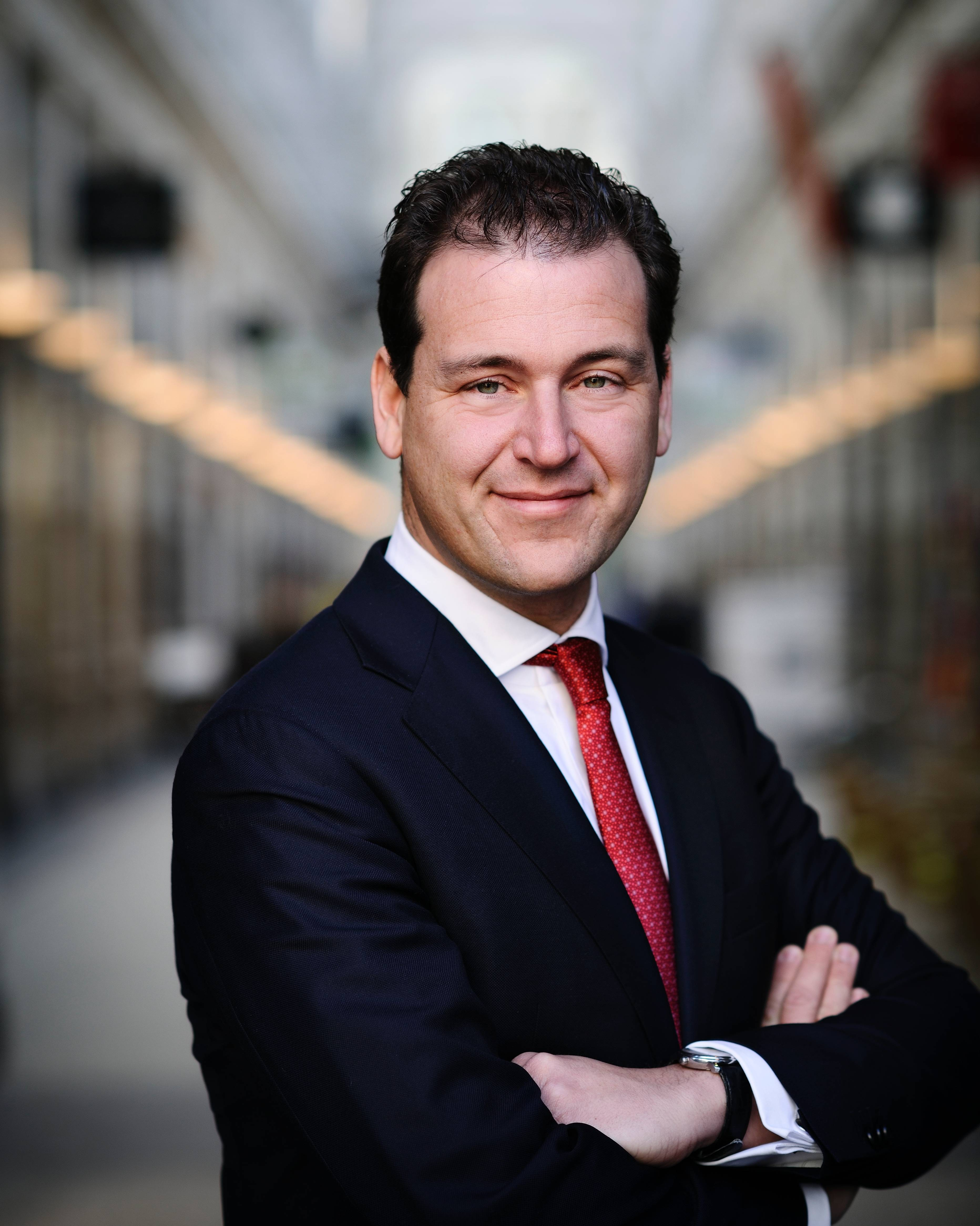 The 43-year old son of father (?) and mother(?) Lodewijk Asscher in 2018 photo. Lodewijk Asscher earned a 0.2 million dollar salary - leaving the net worth at 0.6 million in 2018