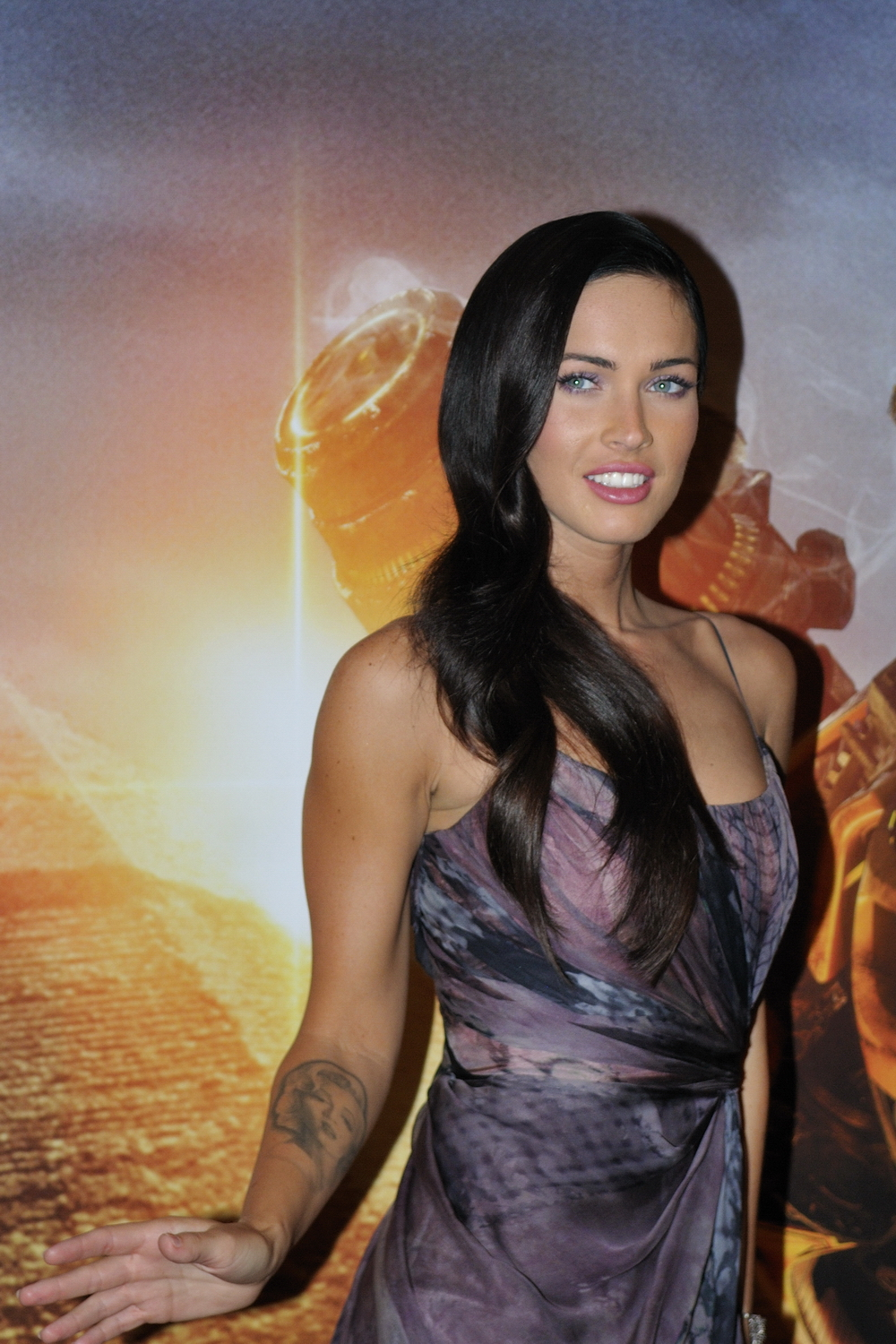 File:Megan Fox promoting Transformers in Paris 4.jpg ...