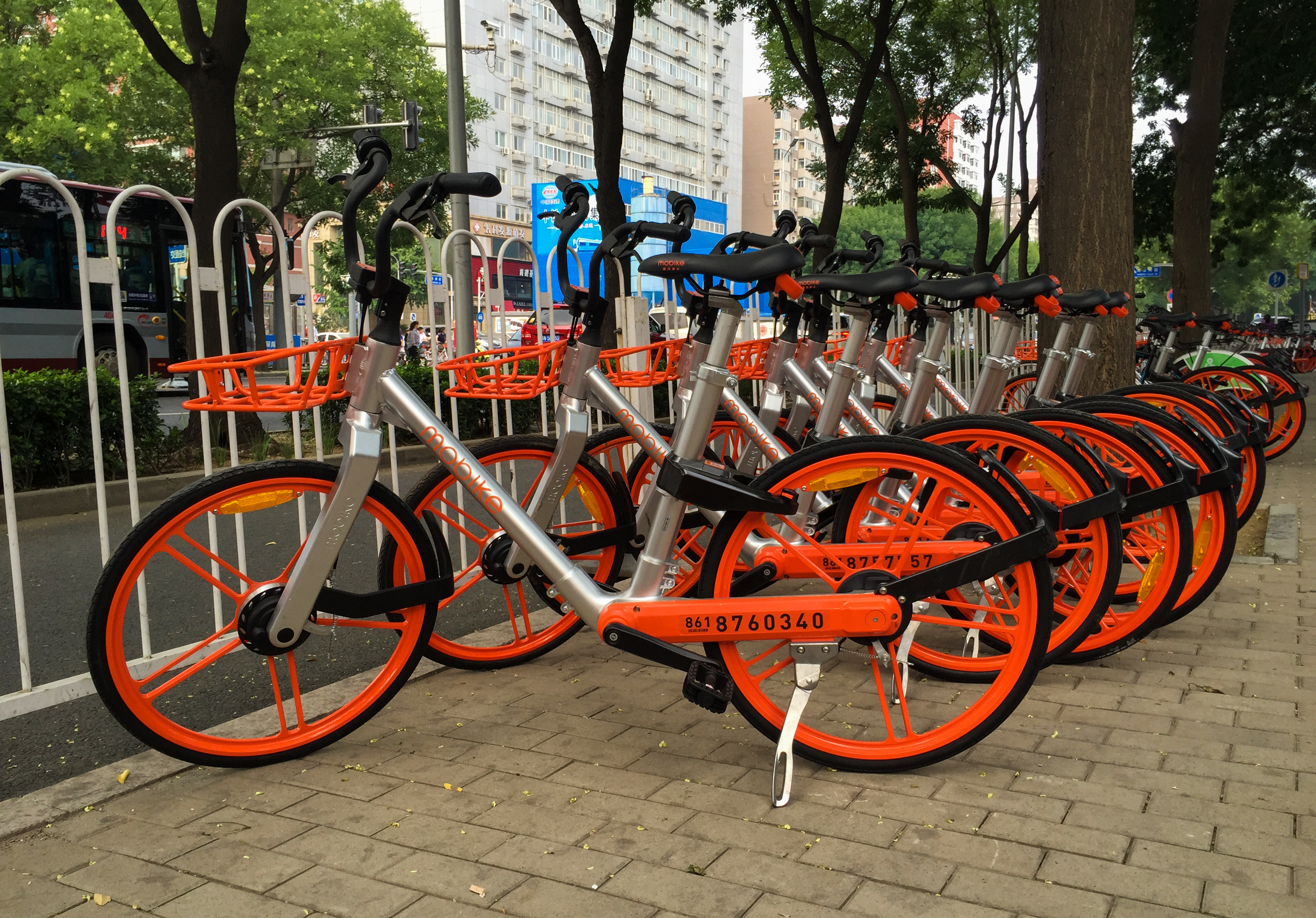 Mobikes at Haidian S Rd, Suzhou St (20170717152024).jpg