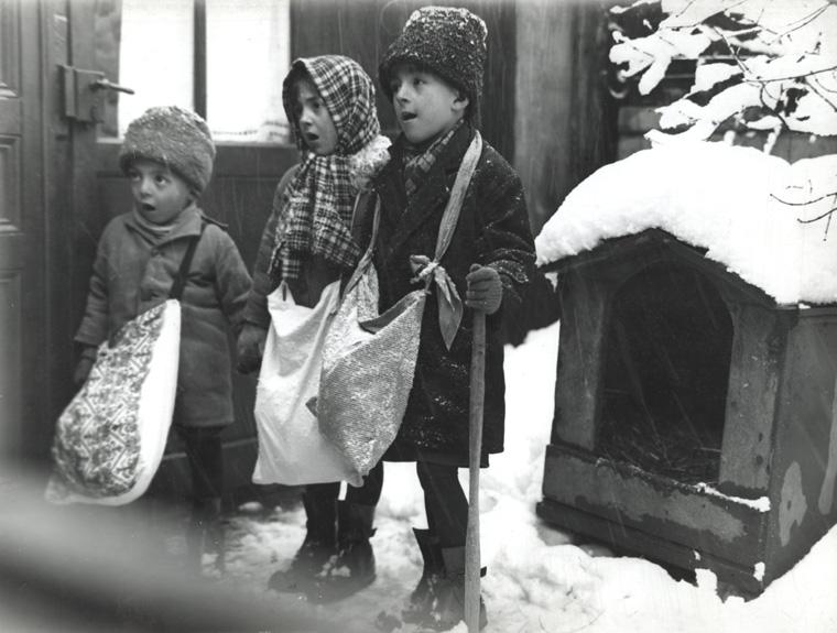 File:Nicolae Ionescu - Children carolers in Bucharest, 1929.jpg