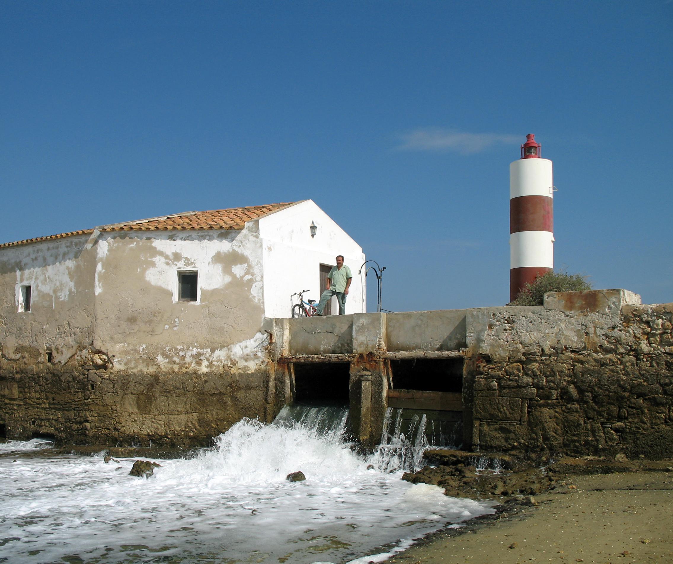 """Olhão (Algarve, Portogallo), Pardo Naturale Ria Formosa: il mulino a marea, il """"Canal da Assetia"""" e il faro Moinho"""