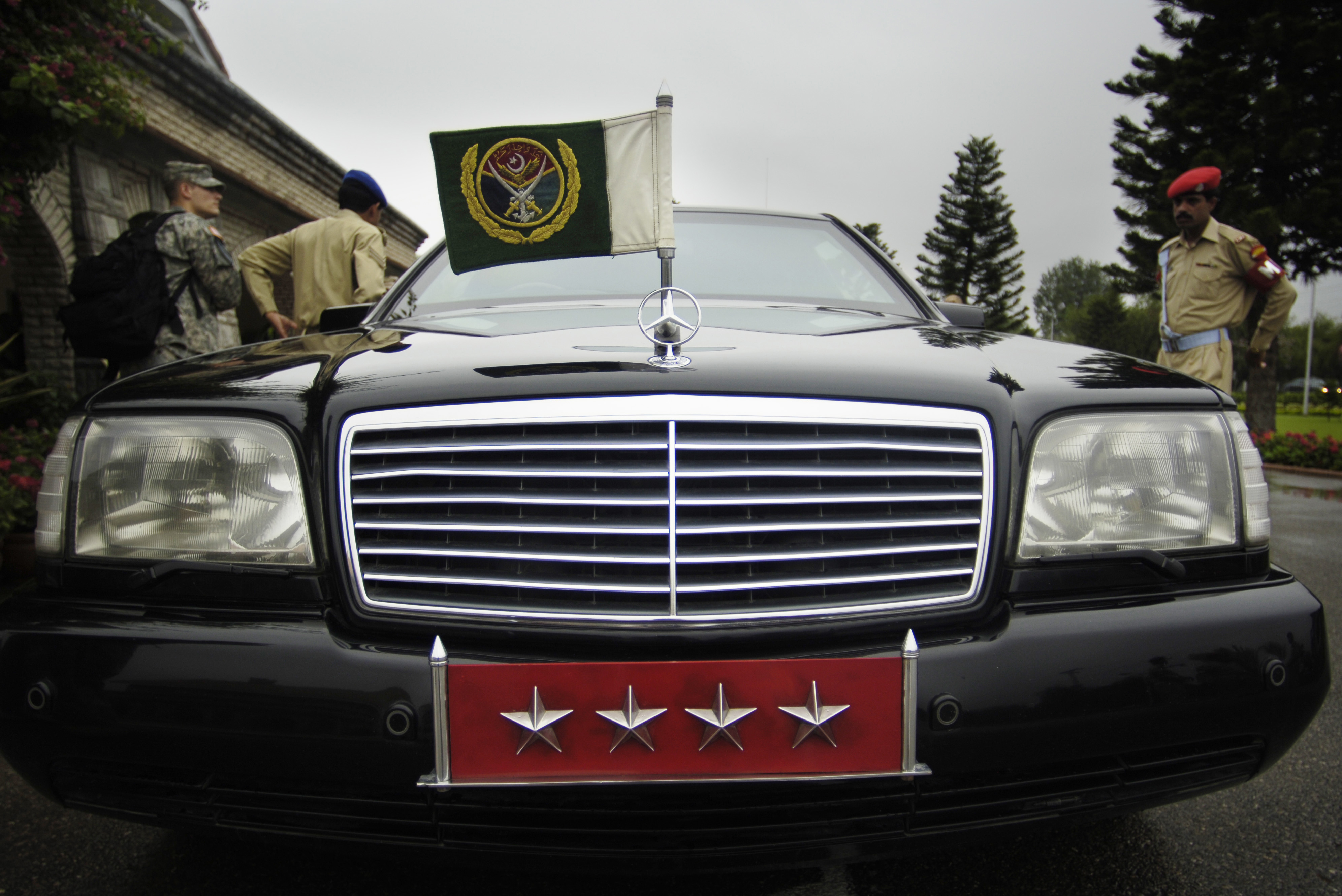 File pervez musharraf 39 s mercedes benz in for Mercedes benz staff