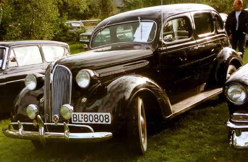File plymouth 4 door sedan 1937 wikimedia commons for 1937 plymouth 4 door sedan