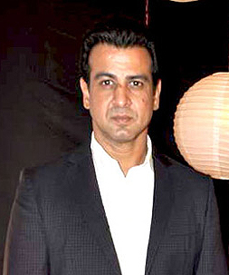 Ronit Roy with brother Rohit Roy at Zee Rishtey Awards 2011 cropped.jpg