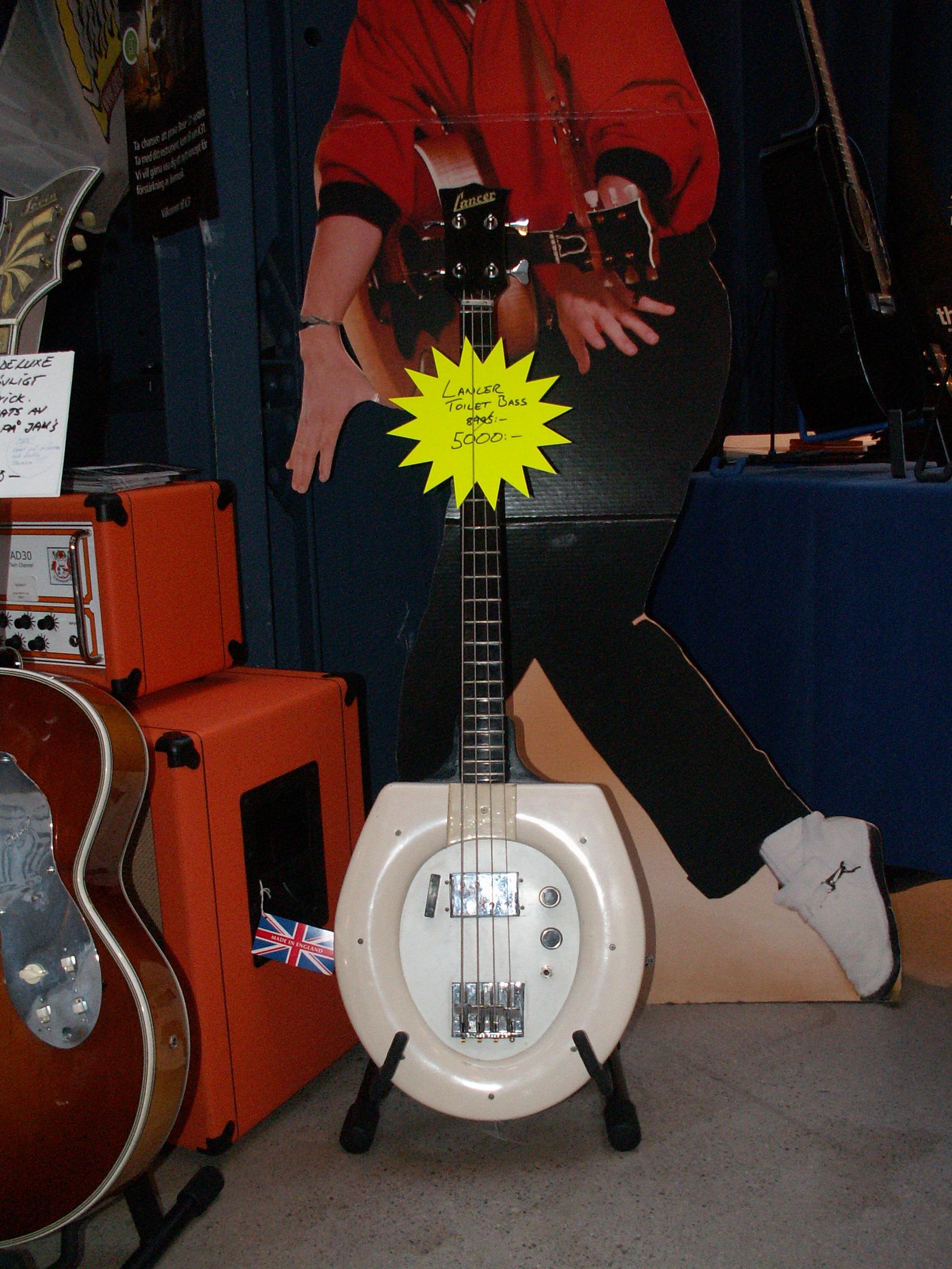 File:Toilet Seat Bass Guitar @ FUZZ Guitar Show 2008.jpg