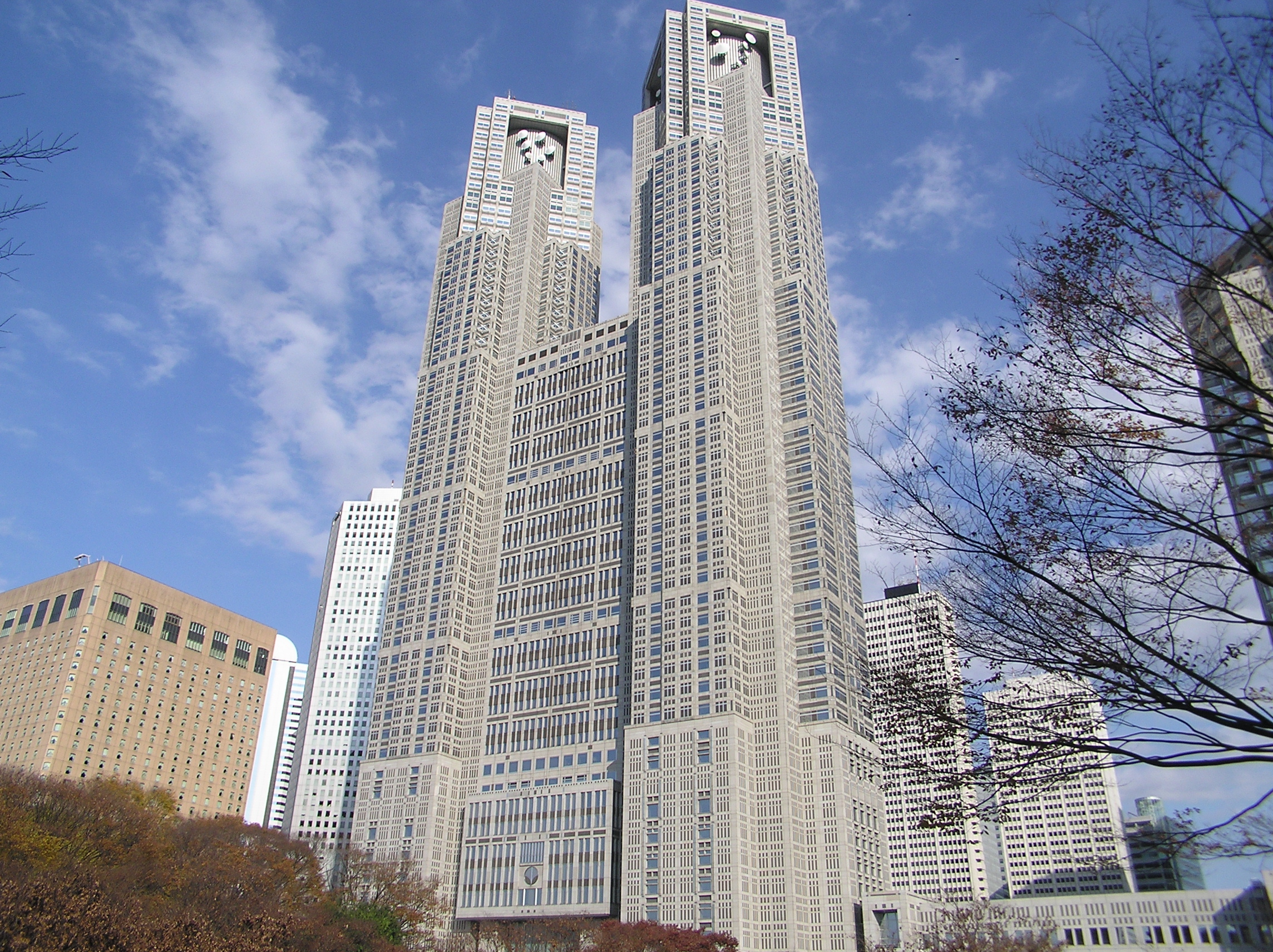 https://upload.wikimedia.org/wikipedia/commons/e/eb/Tokyo_Metropolitan_Government_Building_no1_Tocho_06_7_December_2003.jpg
