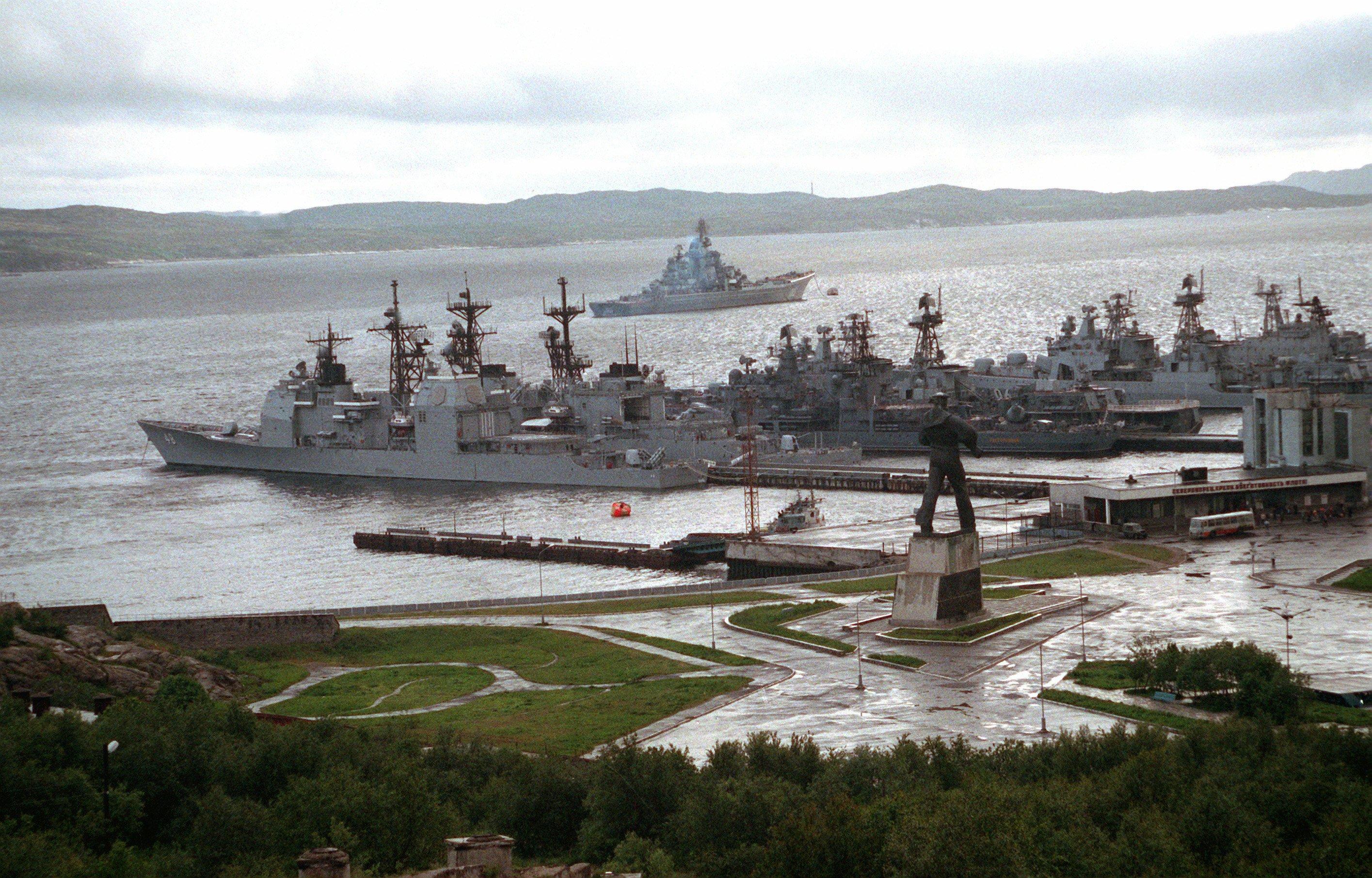 Noticias y  Generalidades - Página 26 USS_Yorktown_%28CG-48%29_in_Severomorsk