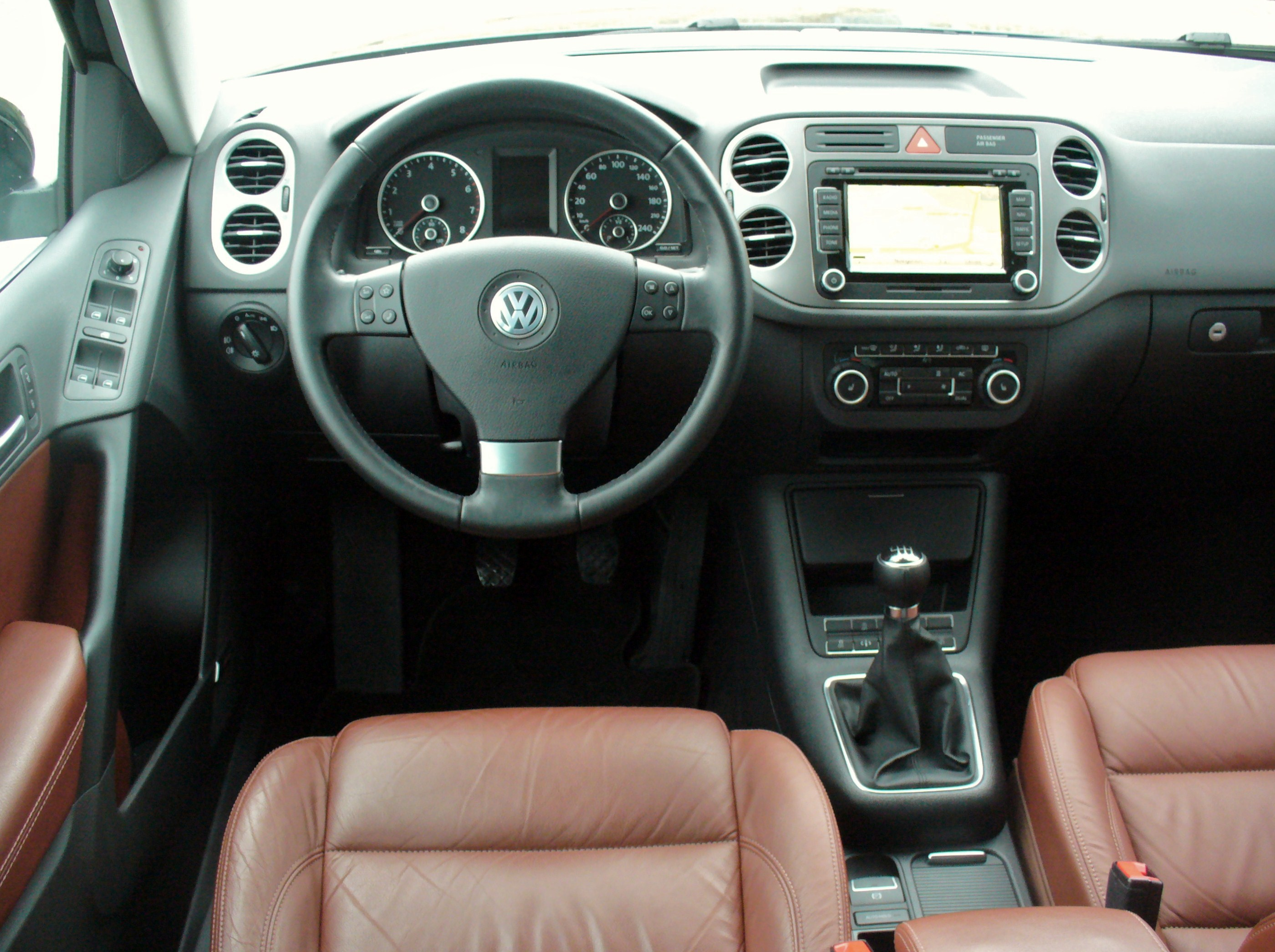 File vw tiguan 1 4 tsi bluemotion technologie sport style for Interieur sport