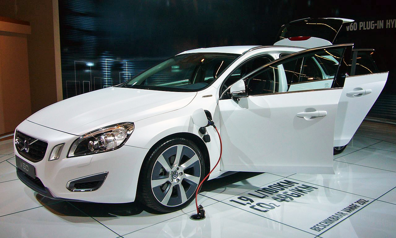 File Volvo V60 Plug In Hybrid Front Quarter 2 Jpg