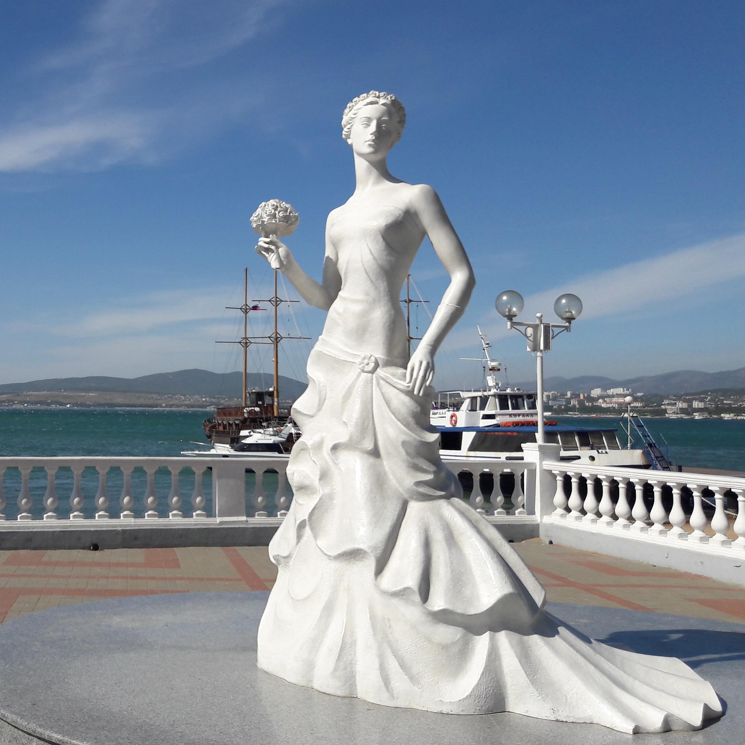 """Памятник """"Белая невеста"""", символ Геленджика. Композиция из белого мрамора. Создание 2010 г. Фотография 2017 г."""