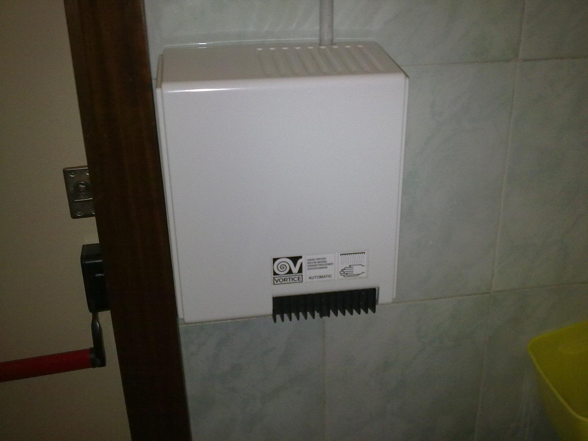 File:Asciugamani elettrico automatico (1) jpg - Wikimedia