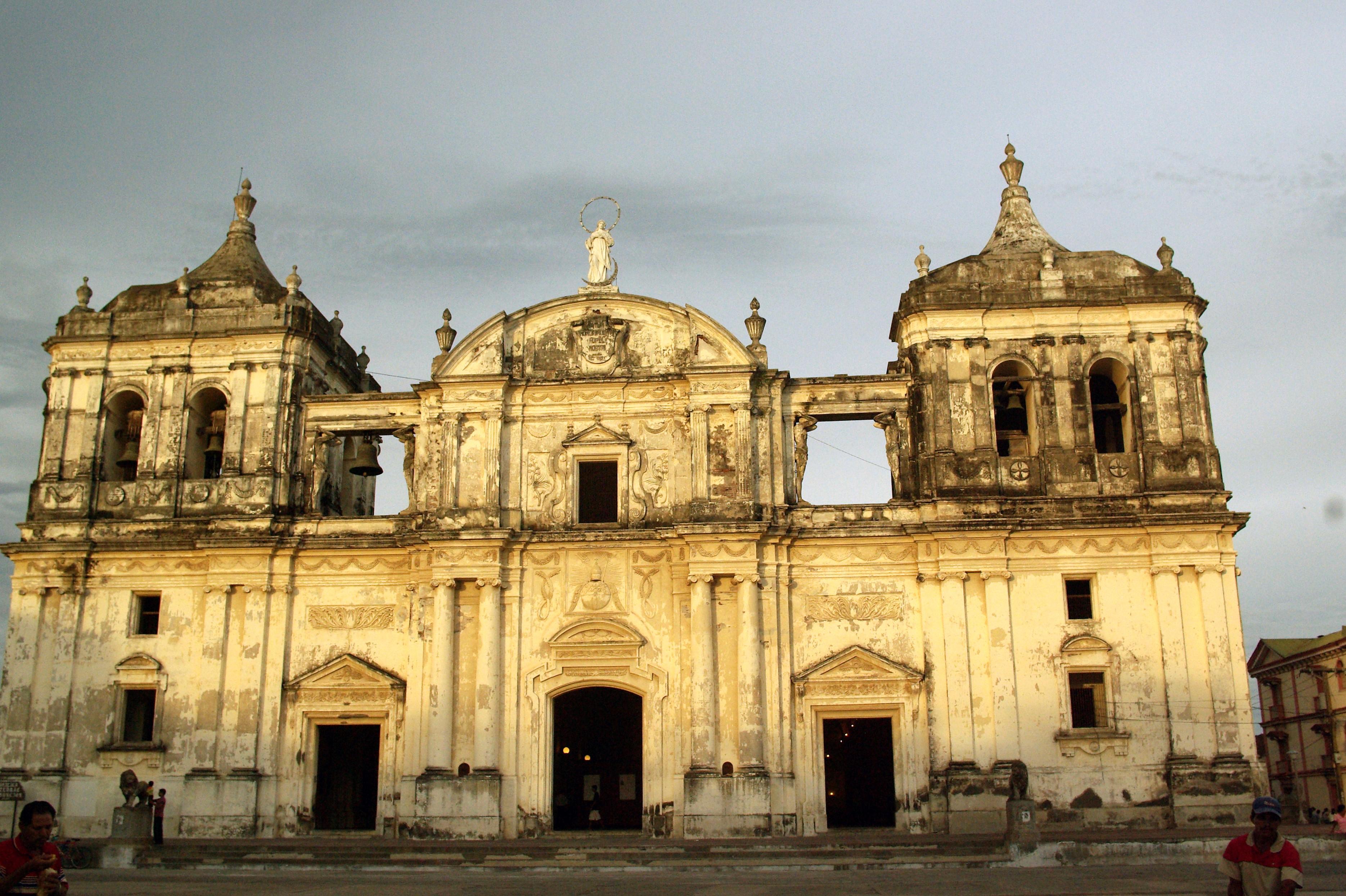 File:Catedral de la Asunción, León.jpg - Wikimedia Commons