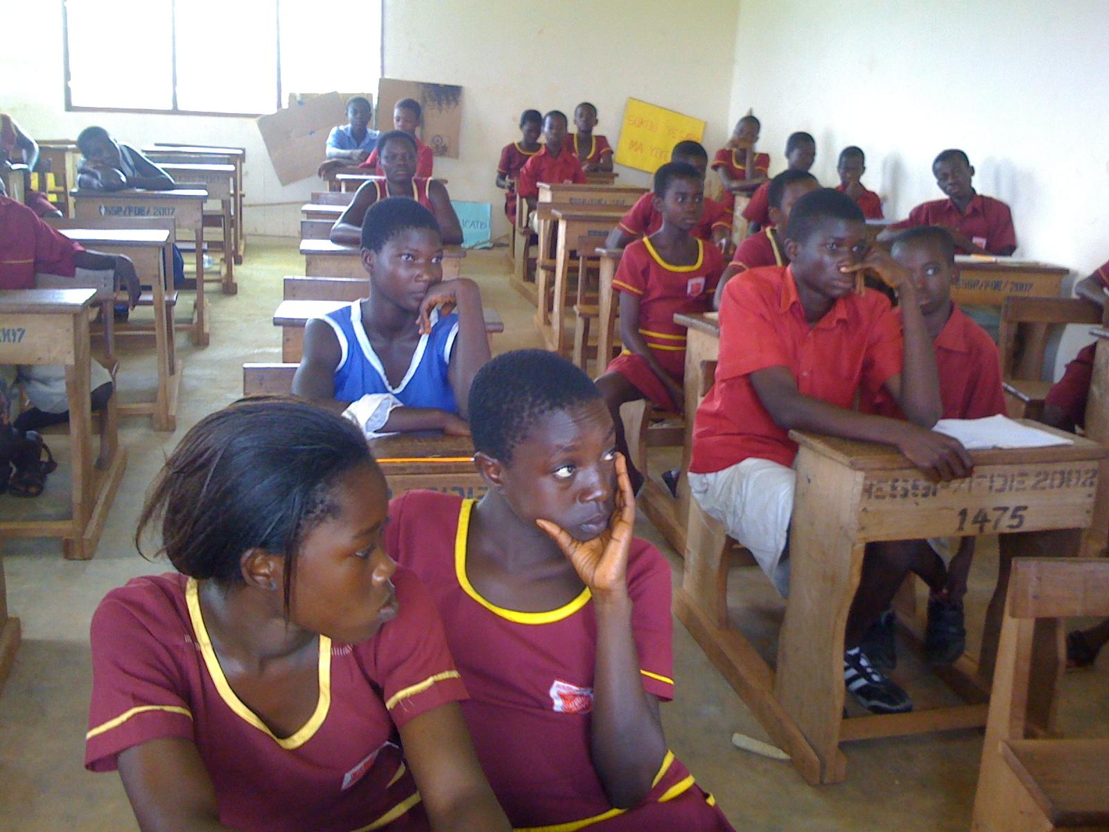 ...puesto que las guerras nacen en la mente de los hombres, es en la mente de los hombres donde deben erigirse los baluartes de la paz..., clase en Ghana, 2011 (Imagen: wikimedia.org)