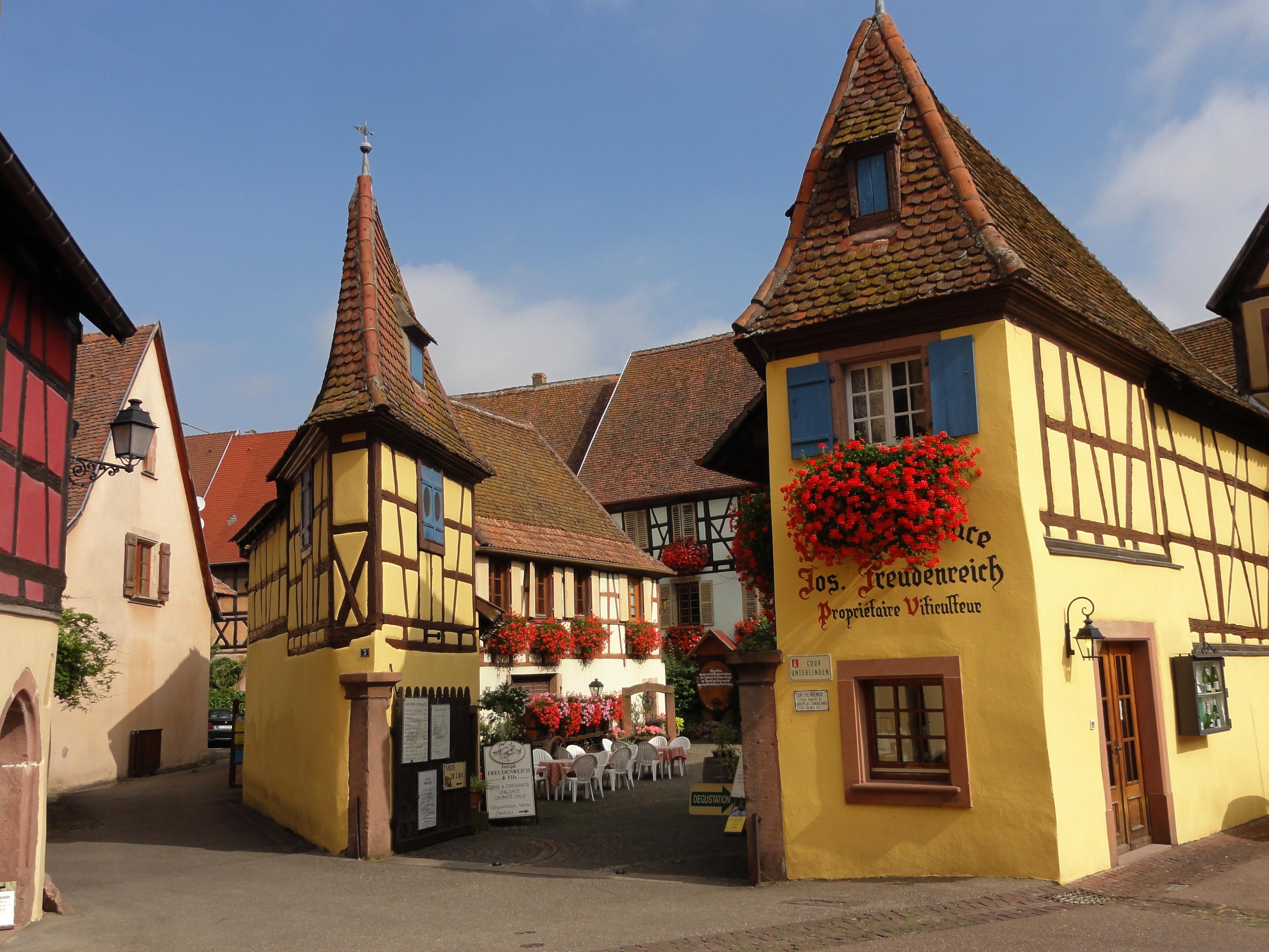 https://upload.wikimedia.org/wikipedia/commons/e/ec/Eguisheim_CourUnterlinden_3a.JPG?uselang=fr