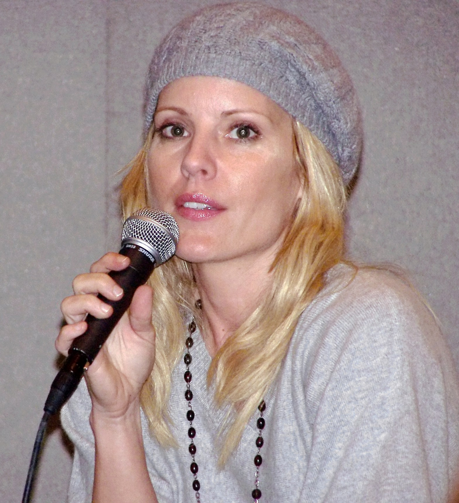The 45-year old daughter of father (?) and mother(?) Emma Caulfield in 2018 photo. Emma Caulfield earned a  million dollar salary - leaving the net worth at 3 million in 2018
