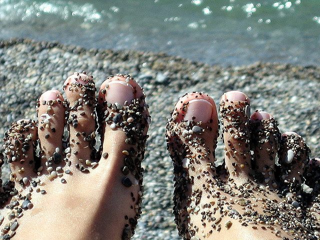 File:Feet & sea.jpg