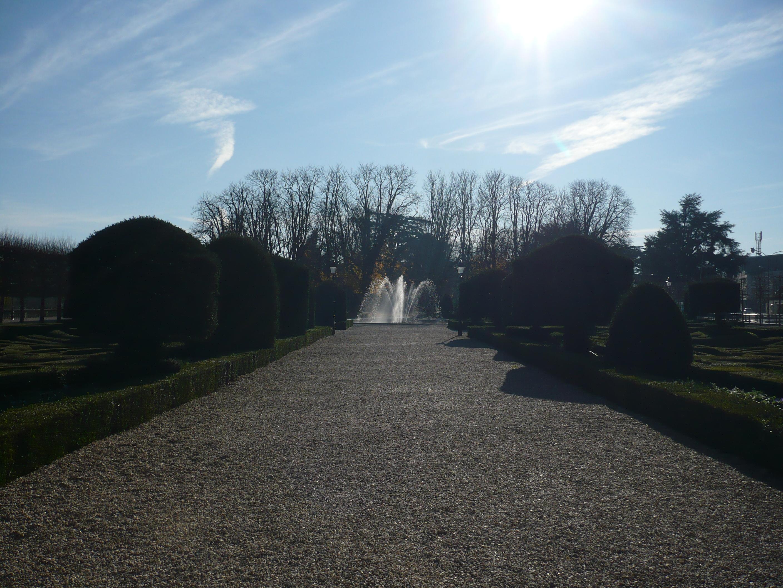 File:Fontaine et allée centrale du jardin de l\'Evêché.JPG ...