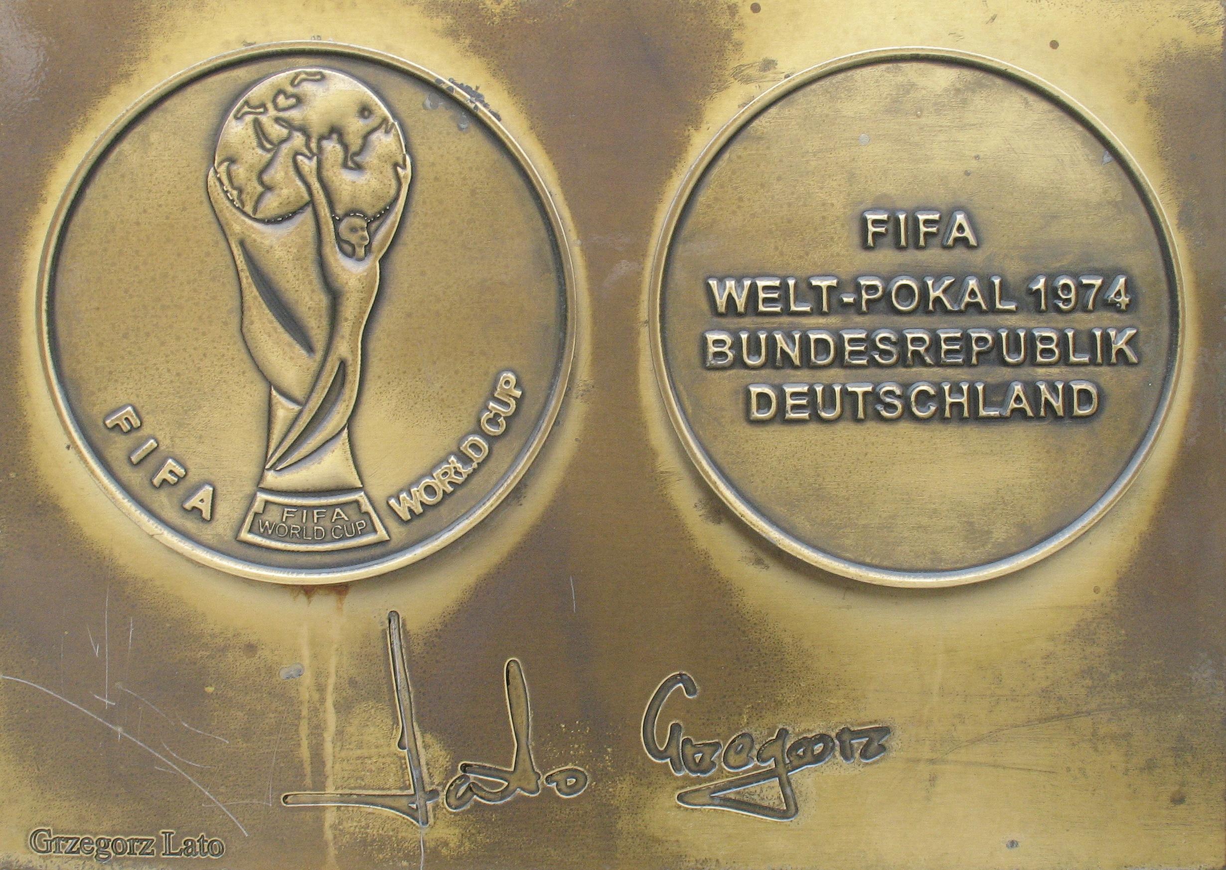 File Grzegorz Lato medal & autograph Wikimedia mons